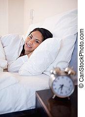 vista lateral, de, mujer, acostado, en, el, cama