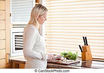 vista lateral, de, mulher, cortar, ingredientes, para, dela, salada