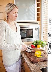 vista lateral, de, mulher, cortar, legumes, para, dela, salada