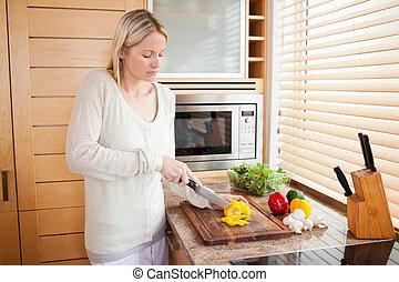 vista lateral, de, mulher, cortar, pimento
