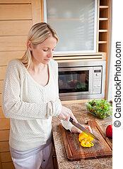 vista lateral, de, mulher, legumes cortantes