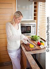 vista lateral, de, mulher, preparar, legumes
