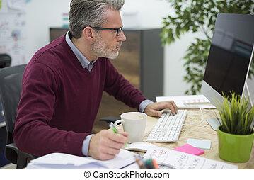 vista lateral, de, ocupado, hombre, en la oficina