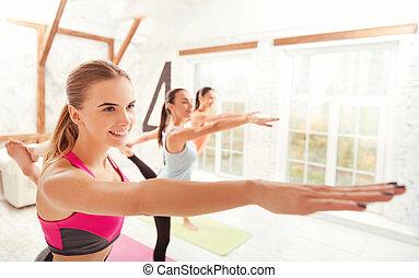 vista lateral, de, sorrindo, senhoras, fazendo, gymnastics.