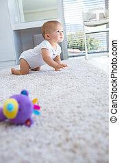 vista lateral, de, um, bebê rastejando, ligado, tapete