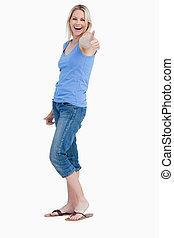 vista lateral, de, um, rir, loiro, mulher, mostrando, dela, polegares cima