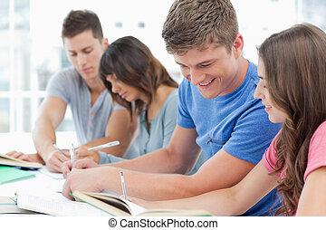 vista lateral, de, un, grupo de las personas, estudiar, con, uno al otro