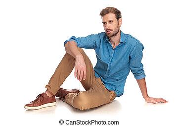vista lateral, de, un, moda, hombre que sienta, abajo