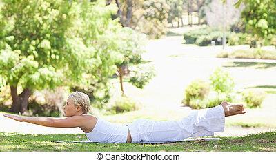 vista lateral, de, un, mujer, hacer, ella, ejercicios, en el parque