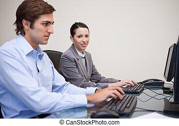 vista laterale, di, squadra affari, lavorativo, in, loro, ufficio