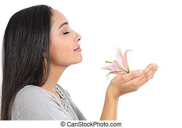 vista laterale, di, un, arabo, donna, sentire odore fiore