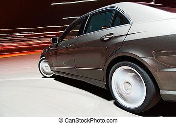 vista laterale, di, uno, automobile, guidando veloce