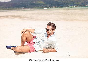 vista laterale, di, uno, sexy, uomo, mentire spiaggia