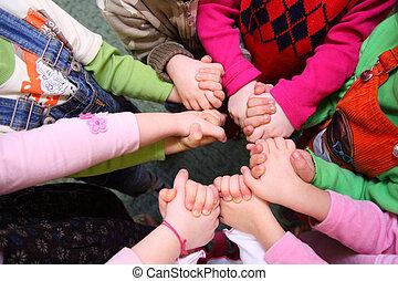 vista, levantar, mãos, unido, crianças, tendo, topo