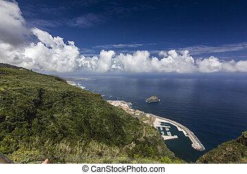 vista, ligado, oceano azul, com, nuvens brancas, de, colina verde