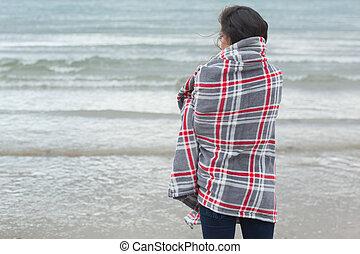 vista mare, coperta, dall'aspetto, coperto, retro, donna, spiaggia