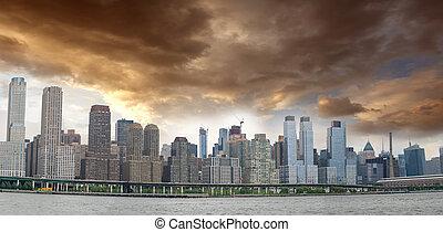 vista panoramica, di, manhattan, est, lato, con, cielo nuvoloso
