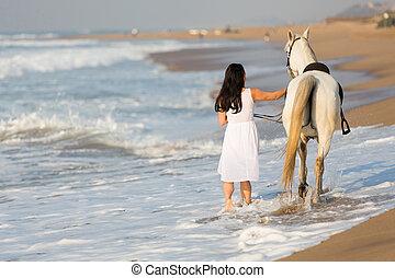 vista posteriore, di, giovane, camminare, uno, cavallo, su, spiaggia