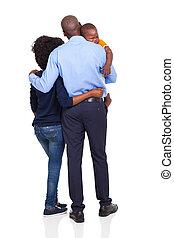 vista posteriore, di, giovane, coppia american african, portante, ragazzo bambino