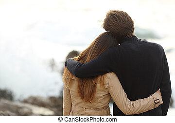 vista posteriore, di, uno, coppia, cuddling, in, inverno