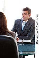 vista posteriore, di, uno, donna d'affari, parlare, con, uno, charismatic, uomo affari, durante, un, intervista