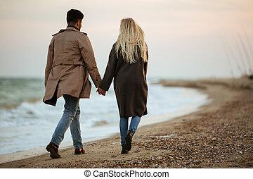vista posteriore, di, uno, giovane coppia, amore, tenere mani