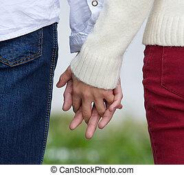 vista posteriore, di, uno, giovane coppia, tenere mani