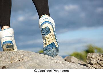 vista posteriore, donna camminando, su, roccia
