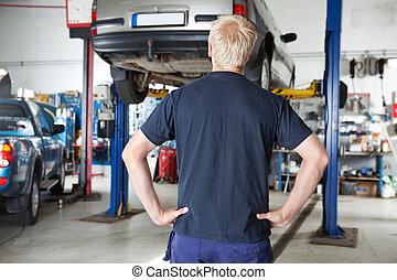 vista posteriore, meccanico, guardando, automobile