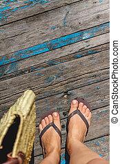 vista superior, foto, de, pernas, em, praia, flip-flops, e, com, um, sacola palha, em, passe, um, madeira, antigas, floor., fotografias, férias, praia, verão