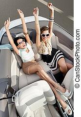 vista superiore, di, donne, in, il, cabriolet, con, loro, mani in alto