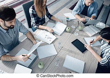vista superiore, di, giovane, gruppo persone, lavorativo, in, ufficio
