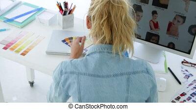 vista traseira, de, concentrar, desenhista
