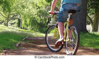 vista traseira, de, um, par, biking