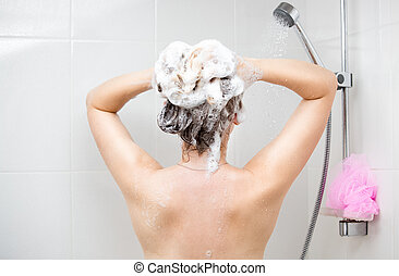 vista traseira, imagem, de, mulher jovem, aplicando, shampoo, em, chuveiro