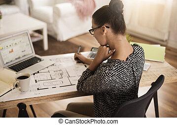 vista trasera, de, ocupado, mujer, en la oficina