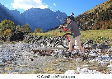 vital, sênior, assumindo, um, mountainbike, cruzamento rio