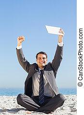 vitorioso, jovem, homem negócios, atrasando, seu, tabuleta, computador