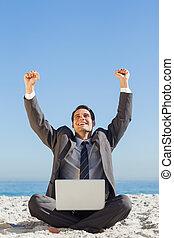 vitorioso, jovem, homem negócios, com, seu, laptop