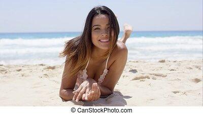 vivacious, mooi, jonge vrouw , sunbathing