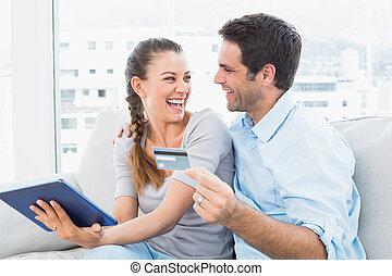vivant, achats, salle, tablette, séance, couple, divan, pc, rire, ligne, maison