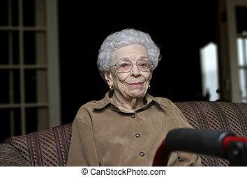 vivant, aidé, personne âgée femme, facilité