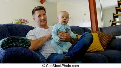 vivant, bébé, télévision regardant, père, garçon, 4k, salle