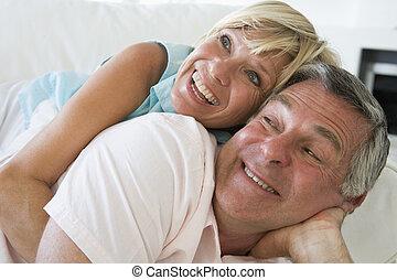 vivant, couple, salle, délassant, sourire