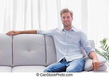 vivant, divan, homme, assis, salle