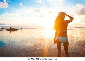 vivant, femme, sain, concept., insouciant, vitalité, vacances, eau, courant, plage., coucher soleil, gouttes