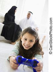 vivant, fille, salle, key/selective, (high, jeux, parents, fond, focus), vidéo, sourire, jouer