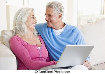 vivant, ordinateur portable, couple, salle, sourire