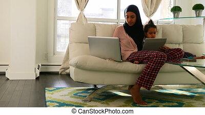 vivant, ordinateur portable, fille, numérique, mère, utilisation, tablette, 4k, jeune, salle