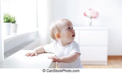 vivant, peu, salle, 2, ramper, bébé, maison, heureux